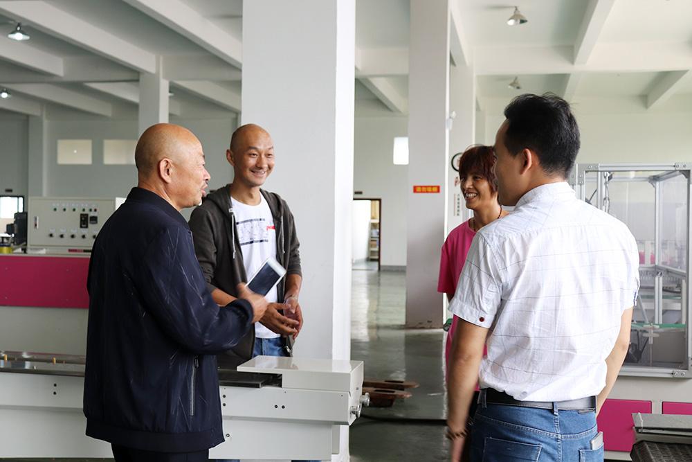 群昌创始人江安乔和前来验厂的四川客户商谈合作细节01