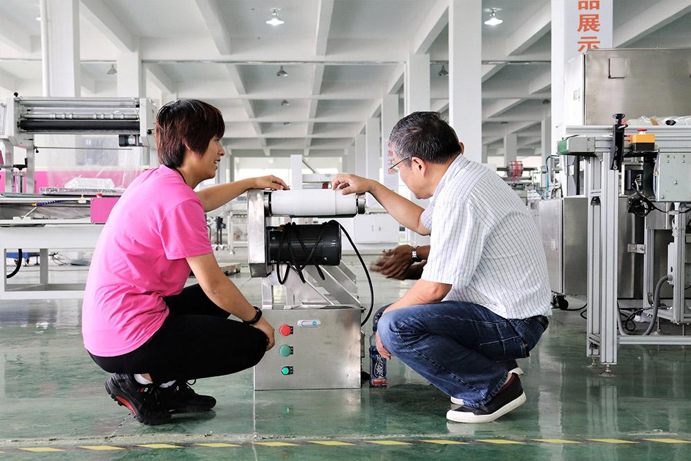 群昌创始人江安乔和客户商讨产品包装解决方案01